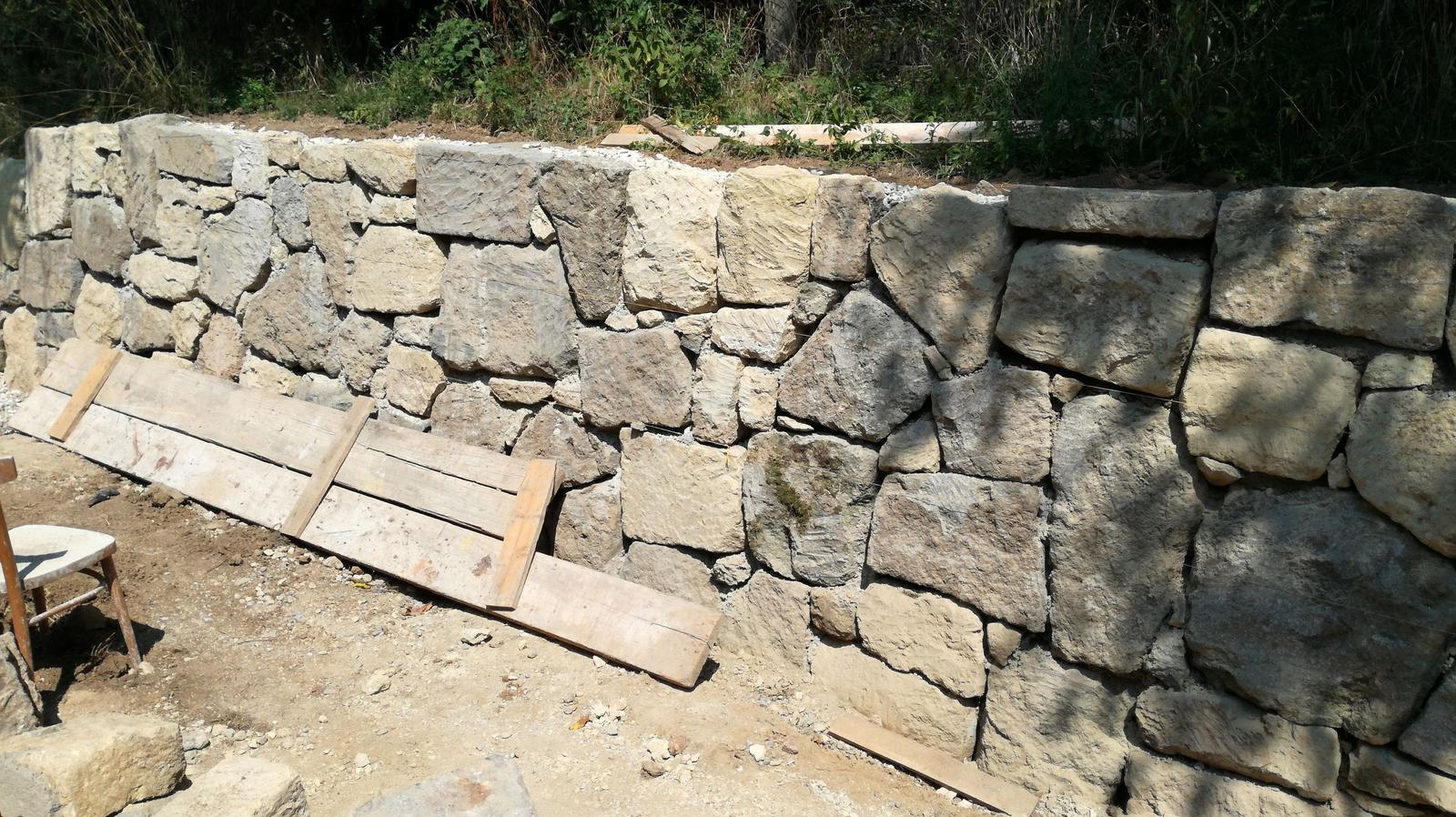 HACIENDA NAPOLI SEBECHLEBY - oporny mur z kamena..sparovat sa uz nebude.takto sa nam to paci