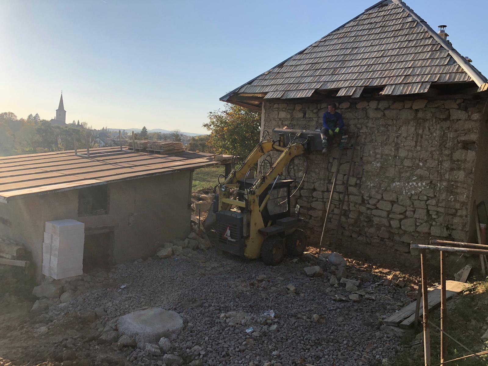 HACIENDA NAPOLI SEBECHLEBY - domurovanie steny v altanku...netreba ani lesenie