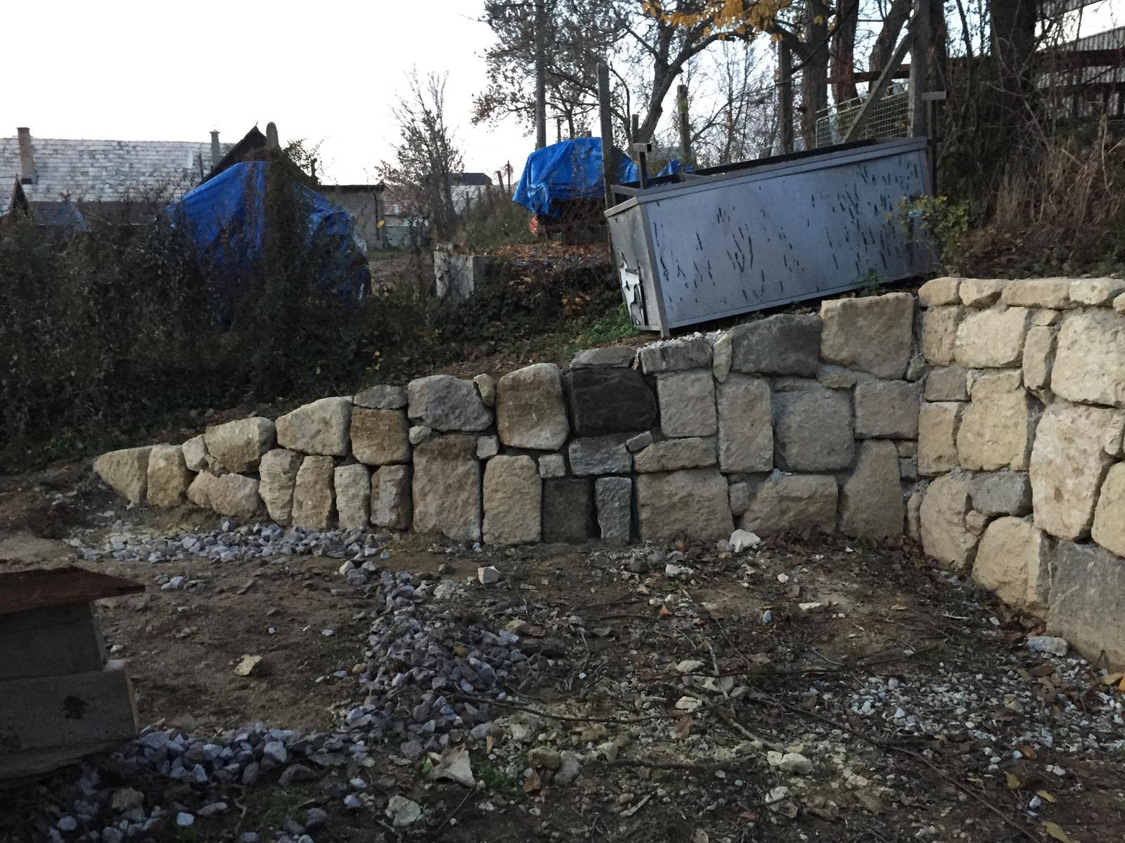 HACIENDA NAPOLI SEBECHLEBY - Nove ukoncenie oporneho muru