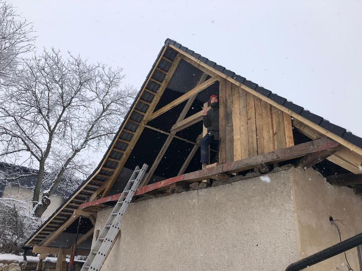 Dnes sice snezi ale pracujeme na druhej strane strechy aby bol aj druhy stit hotovy