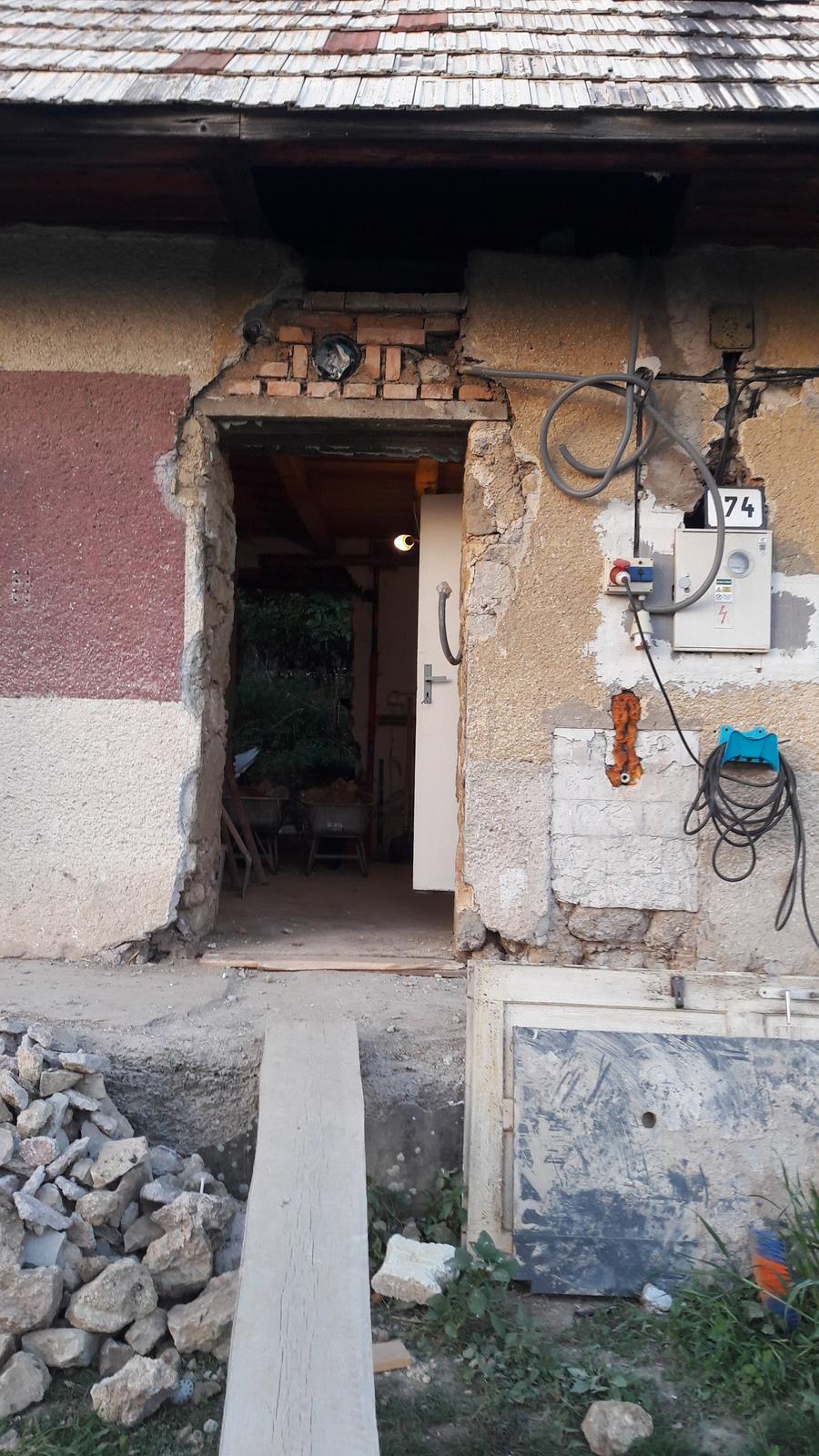 HACIENDA NAPOLI SEBECHLEBY - na kazdych dverach v dome sa dvihali preklady nakolko boli nizke