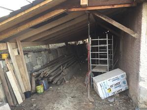 za domom vznikol krasny priestor.este tam pojdu velke drevene vrata a do vnutra kamenna podlaha