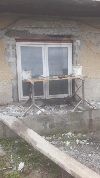 Stare dvere isli von nahradili ich nove plus prerabany preklad nakolko stary sadal a praskal