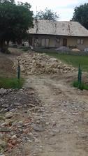 toto je kopa zo zruteneho domu.velke kamene som daval na kopu a ostatne do cesty.z tych velkych som urobil mur