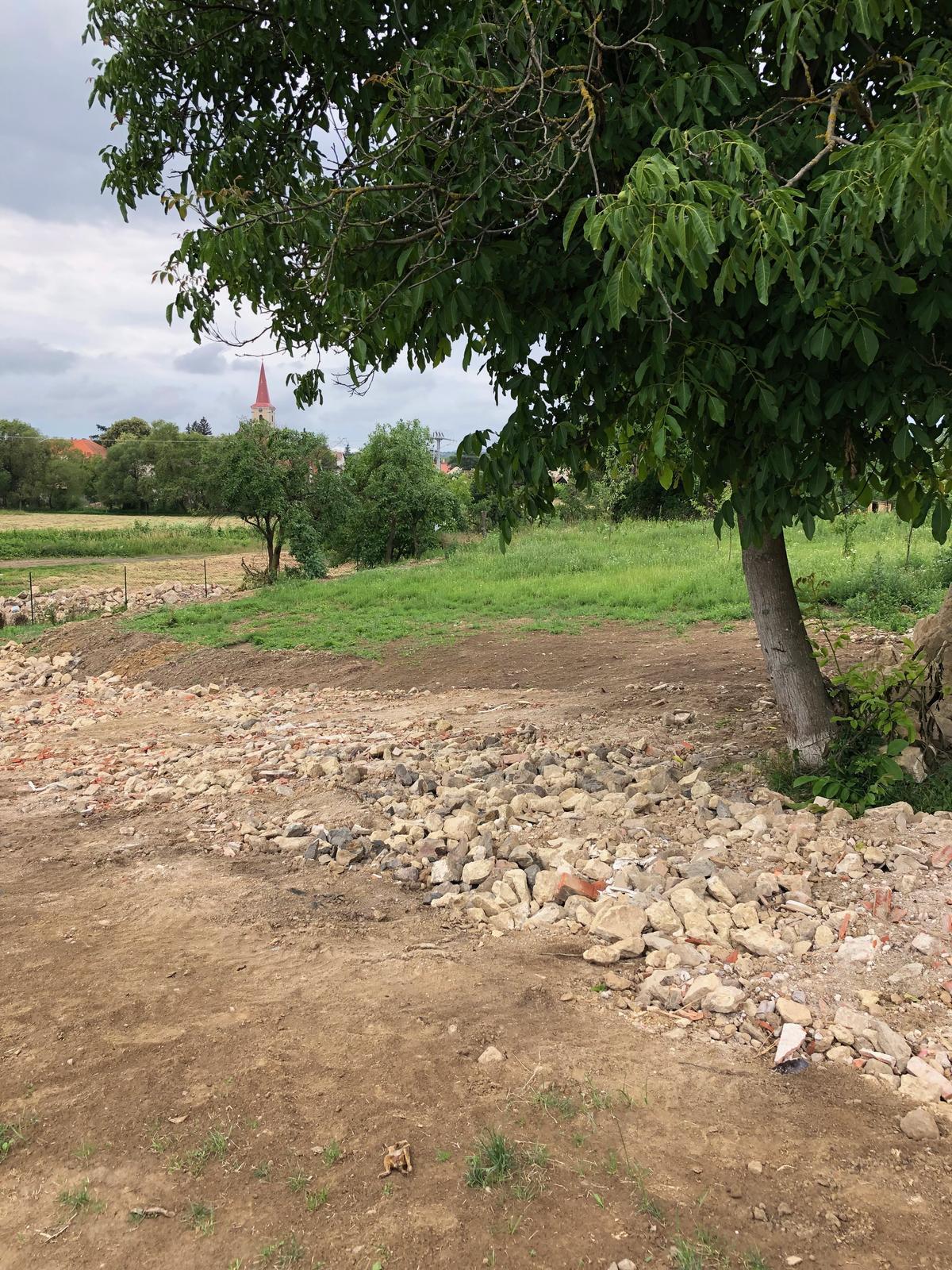 HACIENDA NAPOLI SEBECHLEBY - prijazdova cesta vystitovana na 50cm kamenom