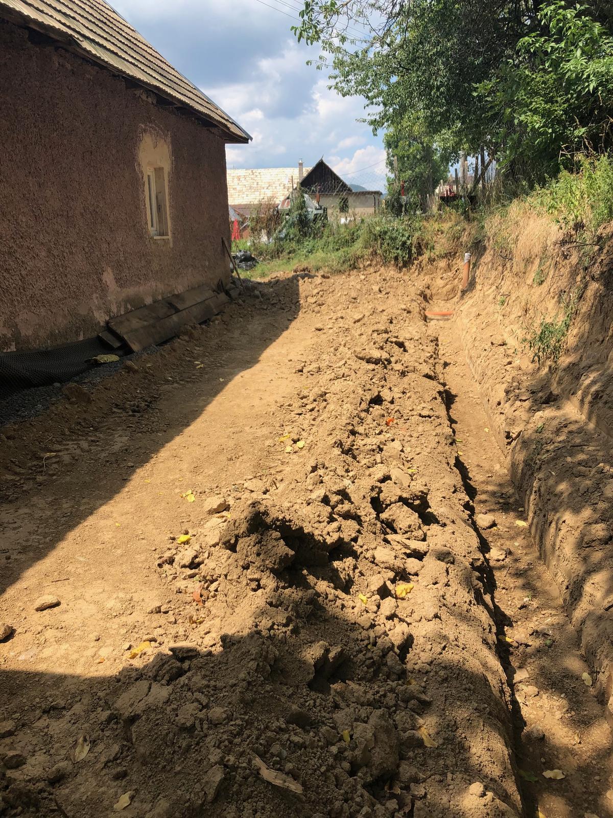 HACIENDA NAPOLI SEBECHLEBY - vykop zakladu na drenaz pod opornym murom