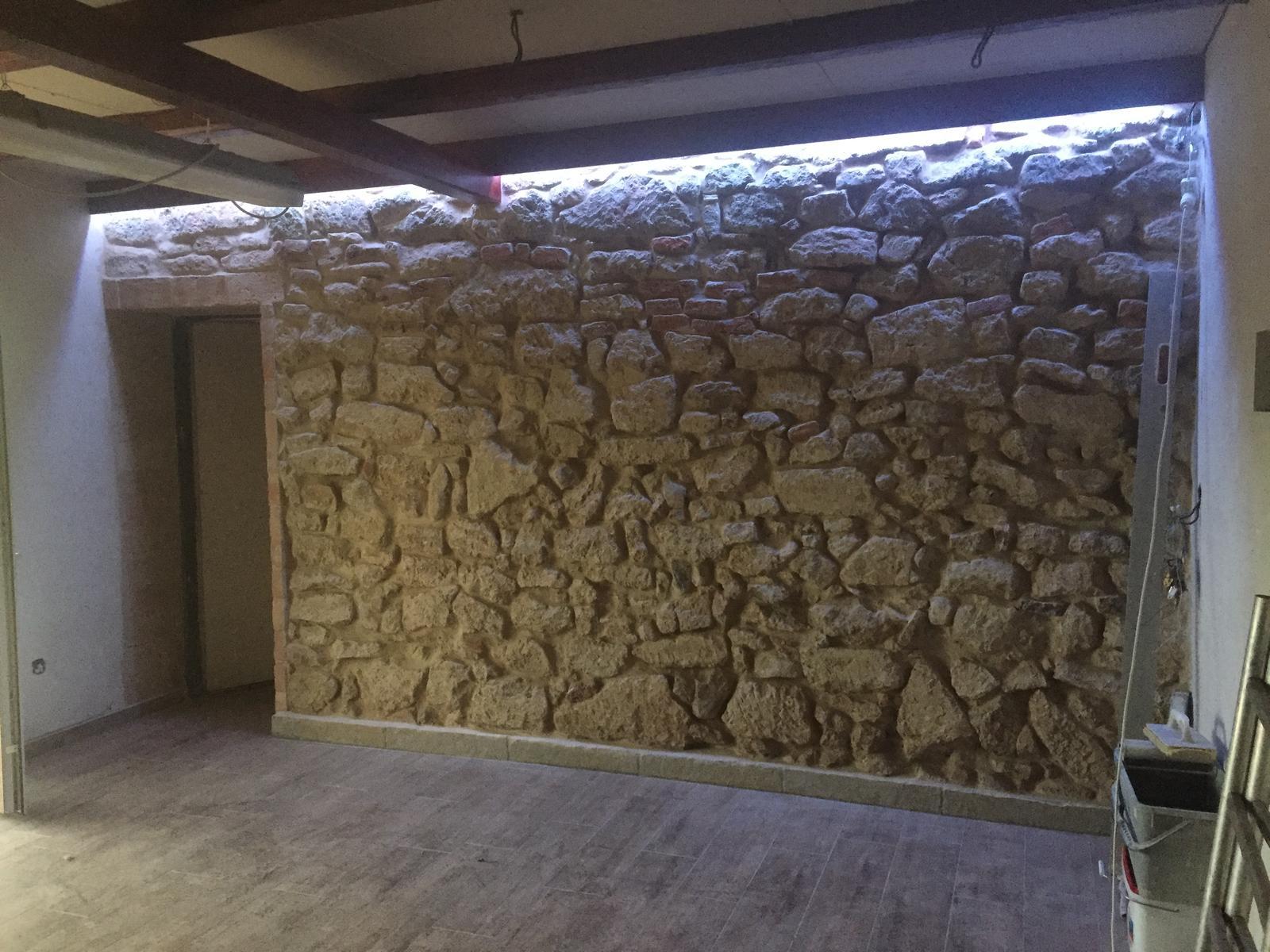 HACIENDA NAPOLI SEBECHLEBY - Nanovo urobene podsvietenie kamennej steny