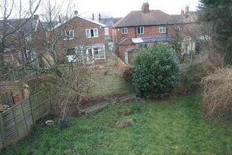 Pohled na zahradu z horniho patra.