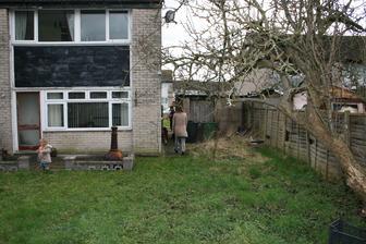 Zahrada, garaz, stara hruska a stary plot. Kolik ma asi let?