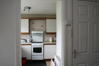 Ach to je nestastne usporadana kuchyn a co odsavac? Na ten anglicti soudruzi nejak zapomneli. Dvere vpravo jsou od byvale kotelny, dneska je tam spis a jednou bude lednicka. Sporak prodame a koupime jen plynovou plotnu.
