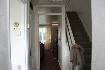 vstupni chodba, rovne obyvak, vlevo kuchyn a vpravo zachod.