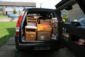 Dve zidle ceske vyroby koupene v charity shopu za £5. Za 5 let kupujeme o 150 km dalsi dve. Rodina se rozrusta.