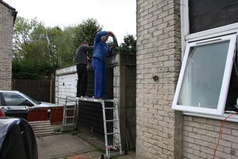 14 duben 2014 Brigada kapitalisticke prace dorazila! Oprava strechy sbijeckou.