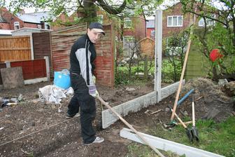 duben 2014 Ze stavebnin dovezli novy plot, tak zakopat a postavit. Soused mezi tim spalil ten svuj bordel na zahrade.