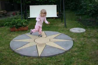 23.6.2014 Hvezda na zahradu, zkusebne polozeno, zakopeme az pristi rok. Kompas vpravo prijde vpredu do vjezdu.