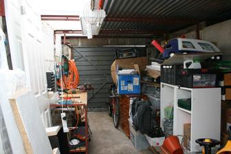 Garaz uz s elektrikou, zatim bez regalu. Stresni okno z polybikarbonatu je uzasna vec!