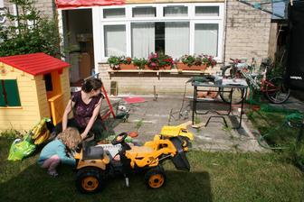 truhliky na zahrade.