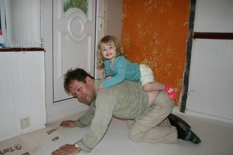 Pokladame lino, tatinek se stal konem :)