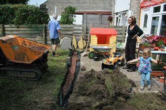 1.7.2014 Druhe bagrovani, drenaz s geotextilii na zahrade. Daniella to zmeri, babicka rozhodne a dedecek udela. Tak to mame rozdelene od pocatku sveta.