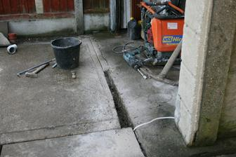 Kanal pred garazi. Beton rozriznout a vysekat. A jeste kabel na motor od brany.