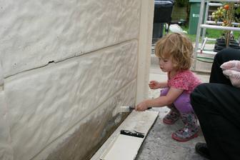 Ve volne chvili ostrikame bok baraku a garaz. Zacneme s natiranim fasadni barvou co zbyla .
