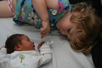 4.7.2014 sourozenci. Thomas jeste s cedulkou z obchodu, kde jsme ho koupili :) Nazev zbozi: baby Kosina