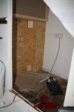 Spodni cast pricky prodlouzena OSB3 deskami. Beton v rohu zraje, vlhkost je pryc. Muzeme zacit tvorit interier domecku. Exterier se udela az stavba vymrzne.