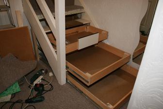 Suflata ze stare knihovny hotova. Zitra narezeme celicka, dle prototypu na sufleti c. 3, nalepime koberec na schody a zadelame bok schodiste.