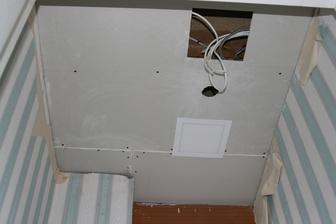 Strop nasroubovany, prvni svetlo na zkousku, sundat stare tapety, zasadrovat a vylicit strop.