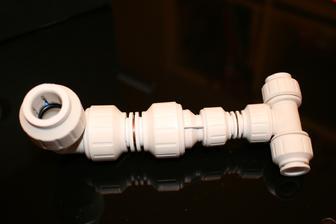 A tohle je cast topeni. T-kus a redukce z 10mm na 15mm a koleno. Vzivote jsem neslozil Rubikovku, tak aspon neco lehciho.
