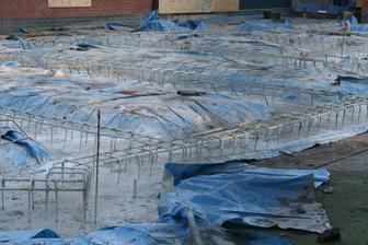 Stavebnici rikaji, ze nejhorsi cast stavby jsou zaklady a blato. Tady si s blatem poradili igelitem. Ted se bude delat bedneni a kari site.