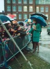 Princezna Diana v roce 1991 na parkovisti za skolou. Vsem se moc omlouvala, ze tam kvuli ni moknou. Zemrela 1997.