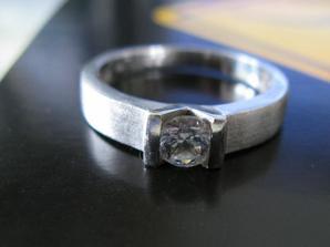 Zásnubní prsten, již na pravé ruce