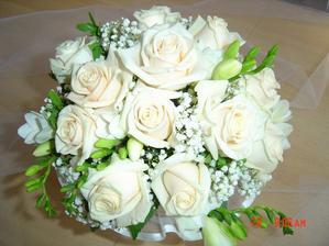 Svatební kytici chci určitě z bílých růží a frézií spolu se zelení. A to buď kulatou ...
