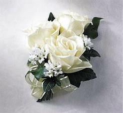 Pierko... pre ženícha...takéto podobné... z troch bielych ružičiek...:-)