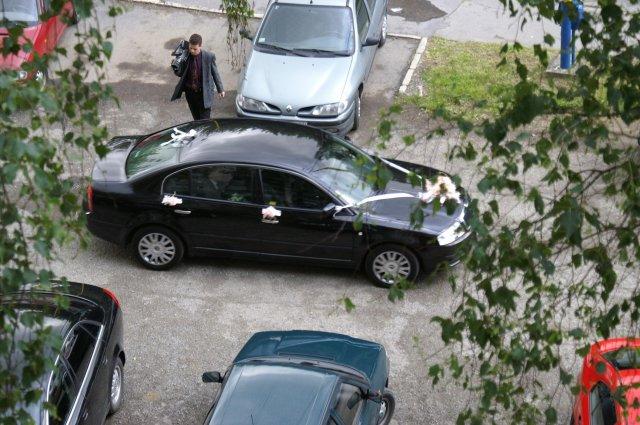 Isabella{{_AND_}}Peter - Naše svadobné auto... Skoda Superb...lepšie foto nemám... Vidno tam aj nášho kameramana :-)