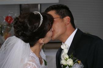 Môj svadobný účes... moja vysnívaná korunka.. a závoj zo spodu...do vlasov som už nechcela nič dalšie...:-)