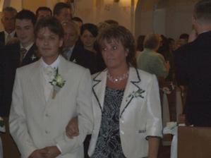 mama vedie ženícha pred oltár