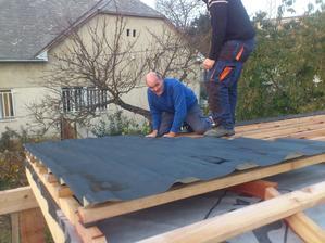 Konečne sme začali s tým plechovaním...nekonečný príbeh tá strecha :)