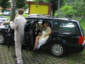 malinko nehezké drápání se z auta