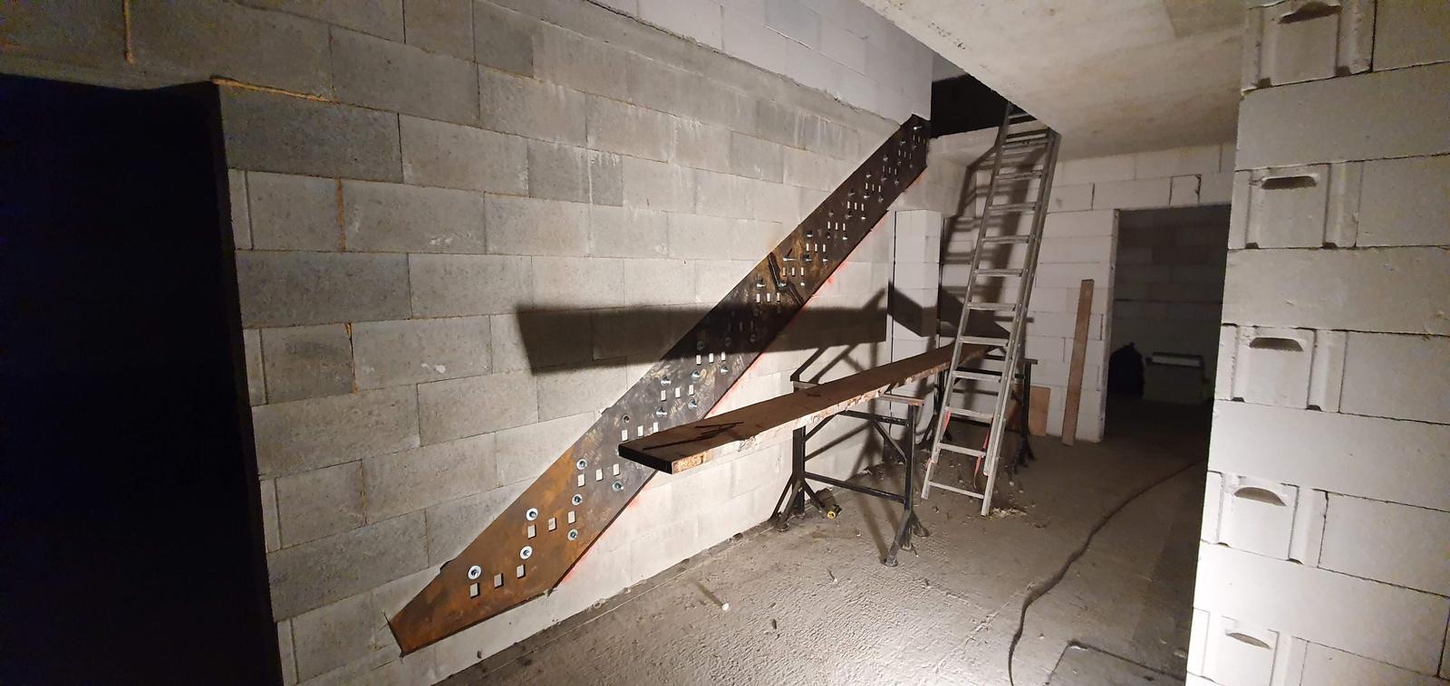 Konzolove schodisko (samonosne schody) - original platna osadena, hrubky 10mm. Medzi kazdu schodnicu sme dali 3 sroby M18 do chemickej kotvy + 4 zavitove tyce boli prevrtane cez celu stenu. Na vrchu je platna zopreta o druhu deku.