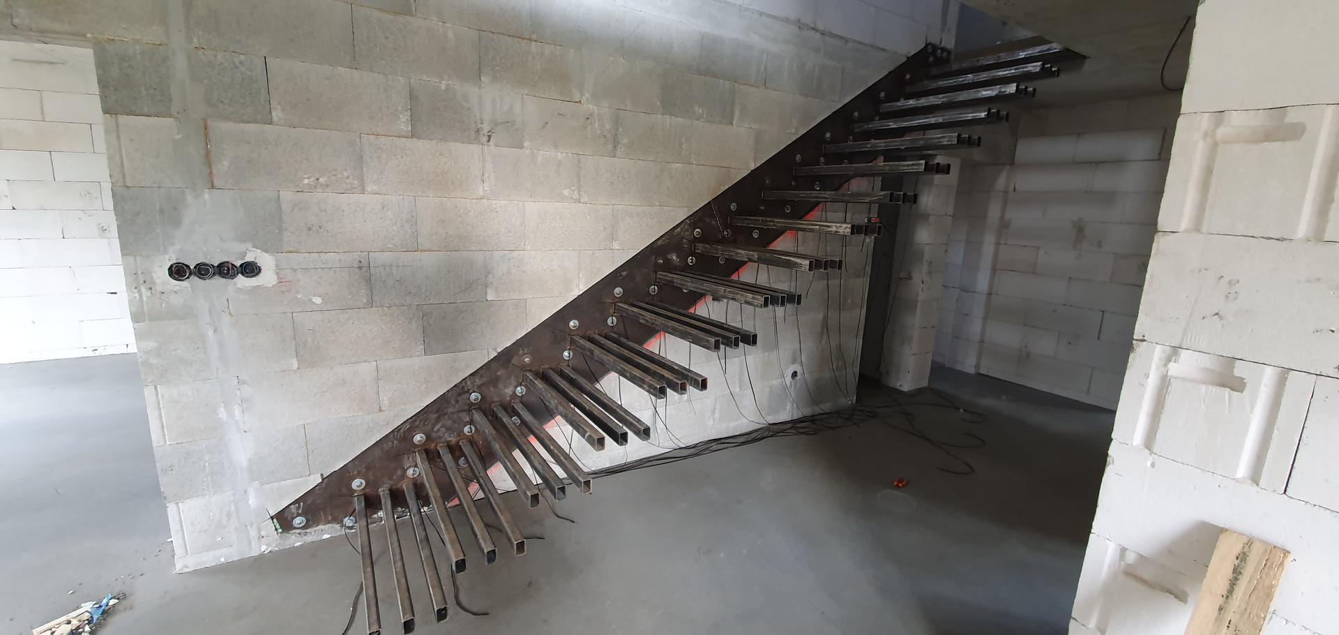 Konzolove schodisko (samonosne schody) - tahanie elektriny (dvojlinky)  na LED pasiky pre kazdu schodnicu.