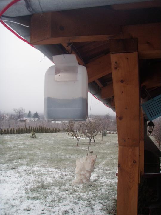 U nas v zime - jednoduchéa praktické krmítko pre sýkorky na slnecnicove semena, jednoducha vyroba, krmivo treba doplnat raz za 1-2 mesiace