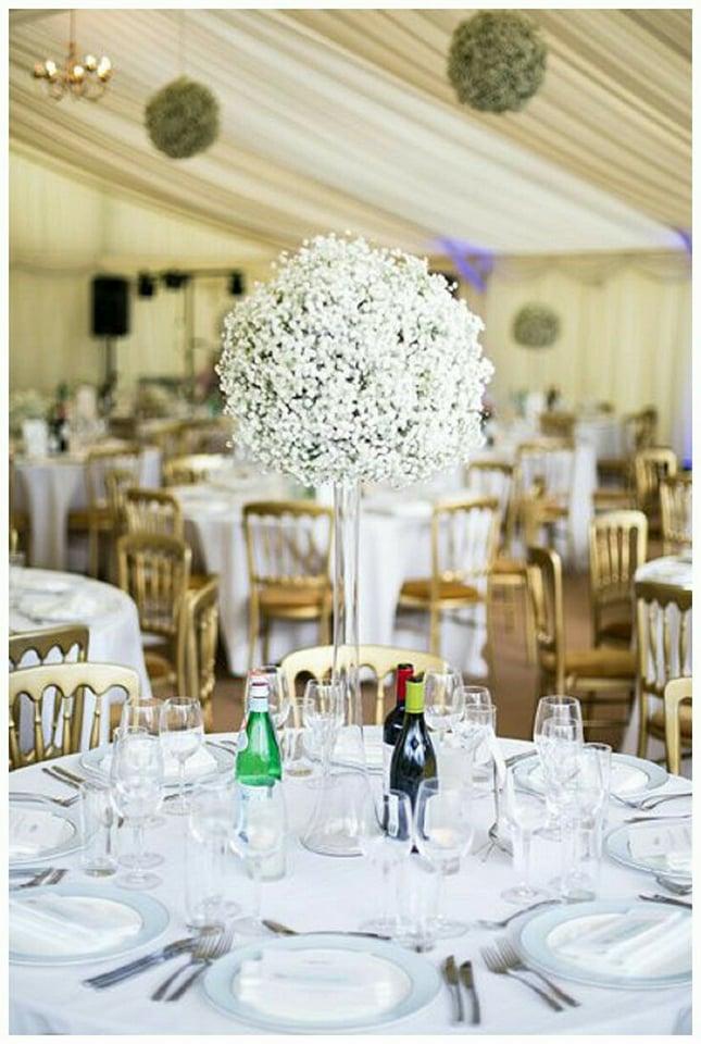 Všetko čo už máme - ako výzdobu stolov sme vybrali gypsomilky vo vysokých sklenených vázach