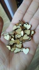 Krásne drevené mini srdiečka, ktoré budem dávať na pierka