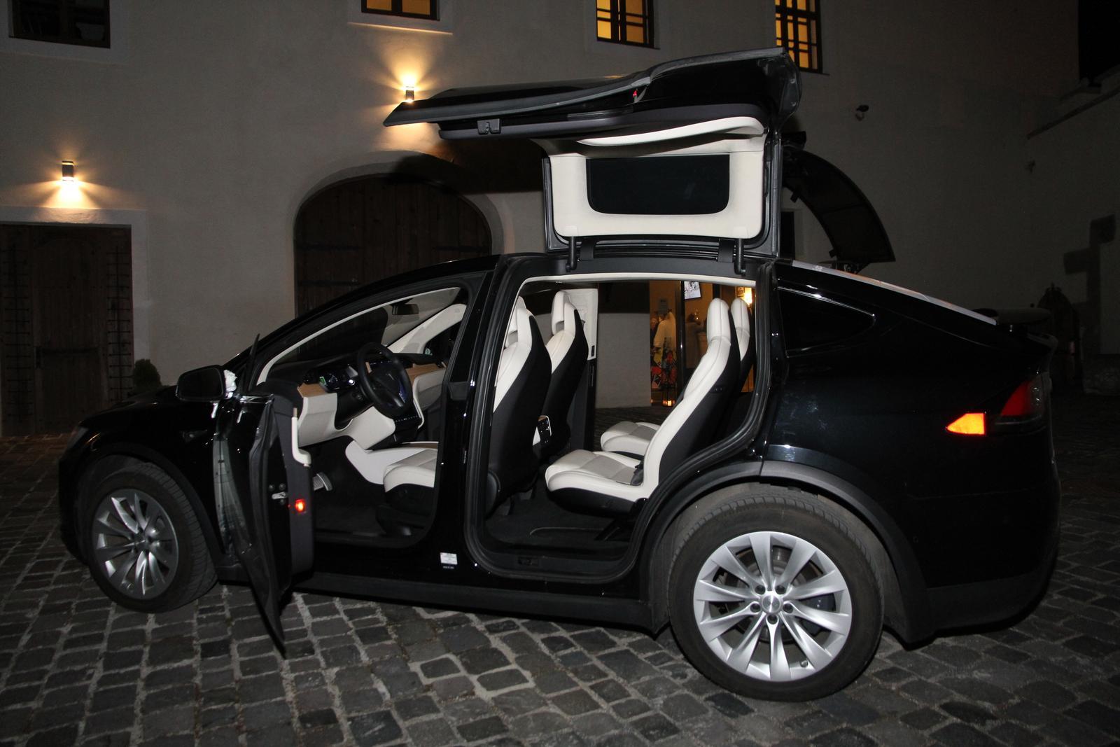 svadobnatesla - Tesla X na Zámku Vígľaš