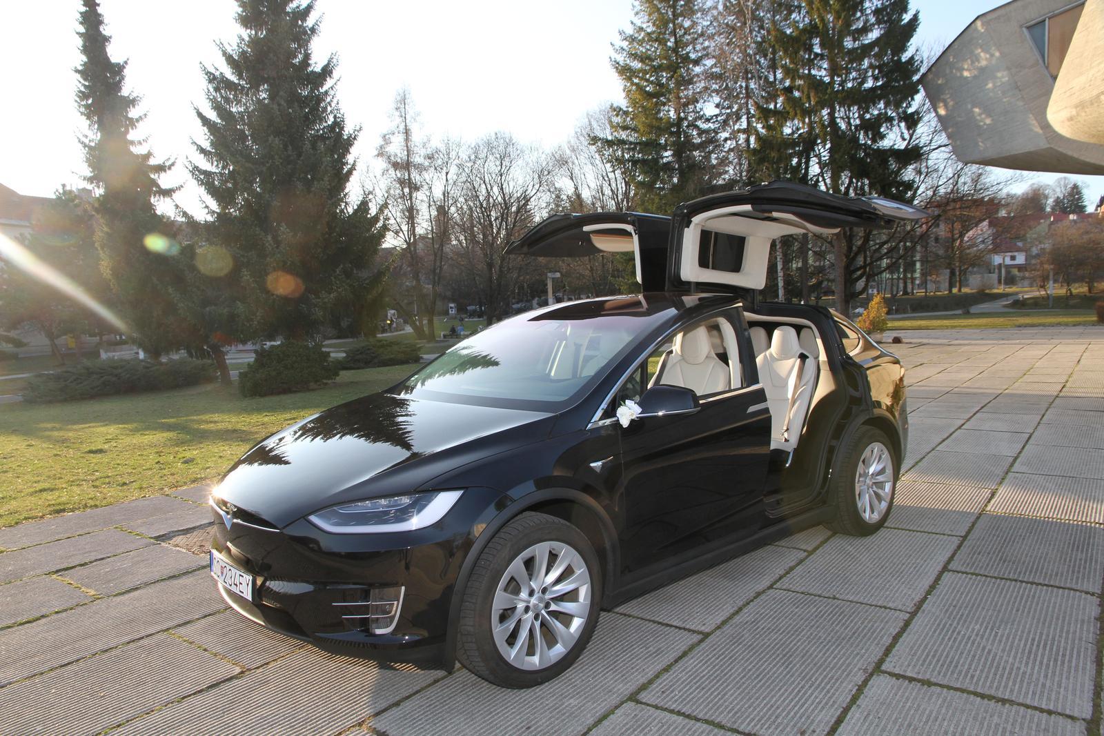 svadobnatesla - Tesla X pri pamätníku SNP