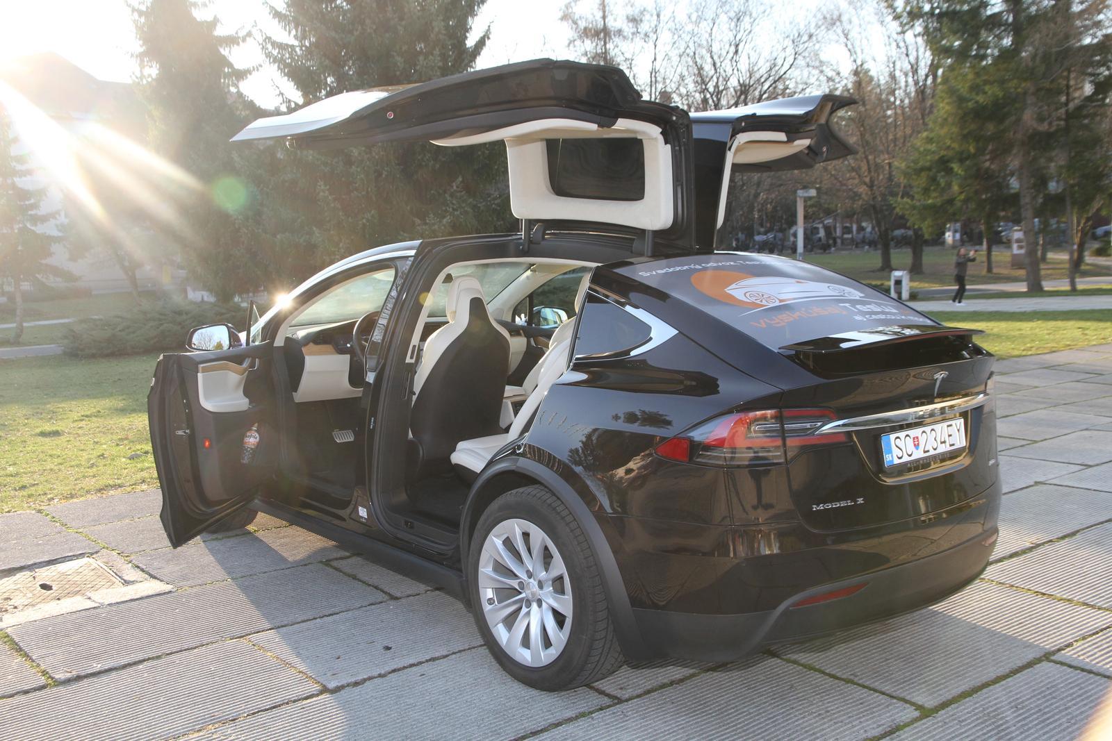svadobnatesla - Tesla X pred pamätníkom SNP