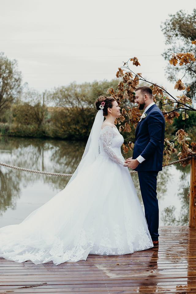 Svatební šaty ze salonu Elody (velikost 44 - 46) se závojem a spodnicí - Obrázek č. 1