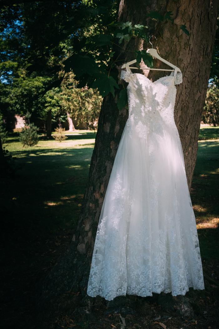 Krajkové svatební šaty se spadlými rameny - Obrázek č. 1